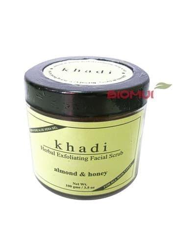 Гель-скраб с медом и миндалем KhadiСкраб<br>Легкая гелевая, но в тоже время богатая травяными экстрактами и маслами текстура обеспечивает мягкий и эффективный отшелушивающий эффект.<br>