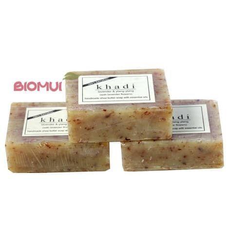 Натуральное мыло с маслом ши, лавандой и иланг-иланг KhadiМыло<br>Мыло создано для деликатного ухода за чувствительной и раздраженной кожей. Оно деликатно очистит и увлажнит, превратив процедуру очищения в сеанс релаксации.<br>
